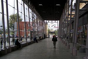 Pod podlahou skleněné přístavby odbavovací haly se skrývá vytápění. Budova je nepřetržitě sledována kamerovým systém včetně požárních čidel a detektorů kouře. Stejně jsou monitorovány ostatní prostory pro cestující