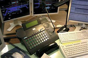 Pokud nejde sestavit hlášení pomocí počítače, použije se přístroj pro živé hlášení. Na snímku je digitální tradeboard firmy Siemens, který nahradil klasický telefonní přístroj, telefonní zapojovač i ovládání rozhlasu