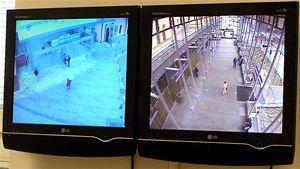 Kamerový systém Svinovského nádraží se dá ovládat nejen zdopravní kanceláře, ale také ho mají kdispozici strážníci Městské policie vOstravě