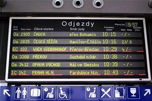 A v odbavovací hale pro cestující uvidíte na tabulích téměř totéž