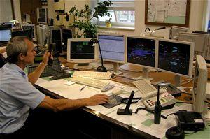 Vše ovládá jediný dispoziční výpravčí zJOP (jednotného obslužného pracoviště) vdopravní kanceláři na ústředním stavědle