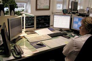 Na fotografii  komunikační výpravčí ovládá informační systém stanic včetně hlášení staničního rozhlasu
