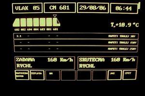Na displeji se objeví veškeré údaje o jízdě.  Od aktuální venkovní teploty, přes velikost napětí vtroleji včetně napěťové soustavy, časové údaje či řazení vozů a označení řídícího vozu až po velikost zadané rychlosti a skutečné rychlosti