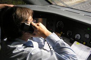 Spojení svlakovou četou umožňuje palubní telefon