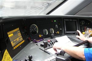 Strojvedoucí nastaví voličem (velkou plochou páčkou  nalevo od  levé ruky) rychlost, kterou Pendolino má jet. Počítače samy vrežimu automatického řízení soupravu rozjedou