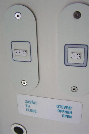 Slepci najdou informace vBrailově písmu jak pro otevírání dveří tak ve značení sedadel