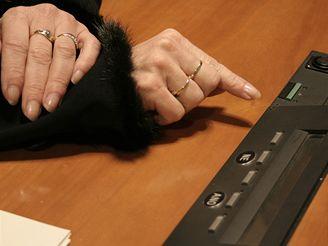 Senátorka Jitka Rippelová se učí ovládat hlasovací zařízení.