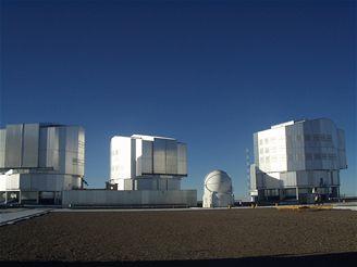 Tři ze čtyř obřích dalekohledů VLT s zrcadly o průměru 8,2 metru