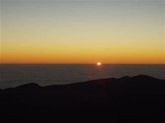 Západ slunce do mraků na Pacifikem
