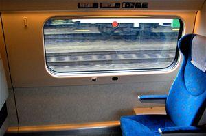 Ve voze 084 jsou také dvě místa pro invalidní vozíky. Hned za stěnou se nachází prostorné WC pro invalidy