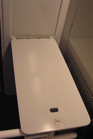 Maminky na této toaletě najdou sklápěcí desku pro přebalení svého miminka
