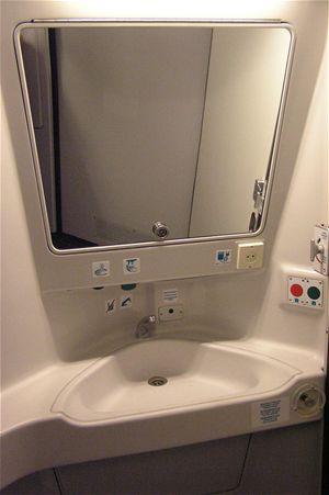 na této toaletě najdou sklápěcí desku pro přebalení svého ...
