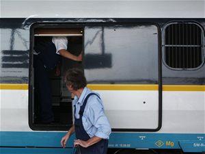 Nakládací dveře bistro vozu ve stanici Praha Holešovice  při doplňování zásob