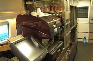 …nebo to je pohled obsluhy na pokladnu, kávovar a kuchyňský koutek