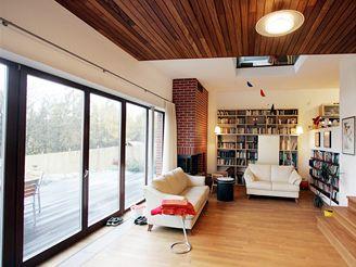 Moderní dům poskládaný ze tří dílů