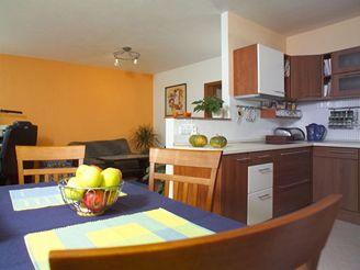 Obývací pokoj v panelákovém bytě