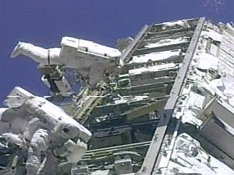 Astronauti opravují ISS