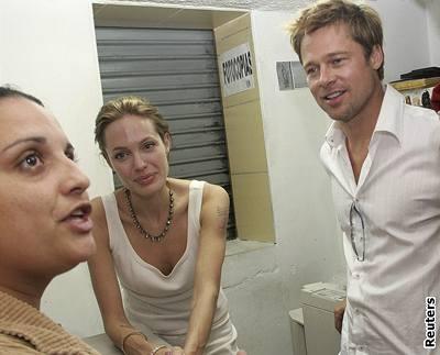 Kliknutím zobrazíte větší formát - Angelina Jolie a Brad Pitt strávili Vánoce v kostarické metropoli ve společnosti kolumbijských uprchlíků