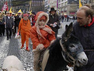 Monarchisté s kozou a oslem táhli na Hrad