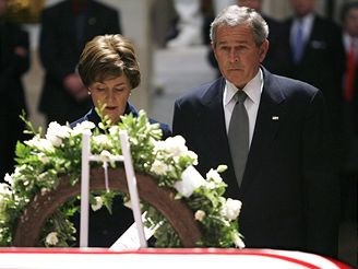 Současný prezident George Bush s chotí nad rakví exprezidenta Geralda Forda