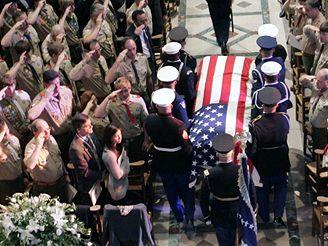 Skauti salutují rakvi s ostatky exprezidenta Geralda Forda