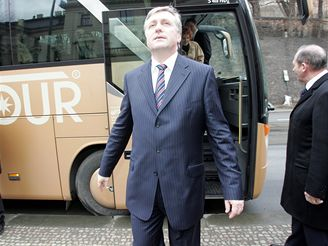 Premiér Topolánek před autobusem, který jela na Hrad nová vláda