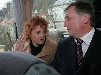 Premiér Topolánek seděl v autobusu vedle nové ministryně obrany
