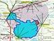 Situační mapa PAO. Puntíky vyznačují polohy pozemních detektorů, žluté obdélníky umístění stanic s šesticemi světelných komor pro fluorescenční (atmosférické) detektory. Jediná asfaltka je vyznačena červeně; vzdálenosti v km