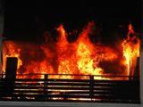 Petarda na balkoně zapálila byt