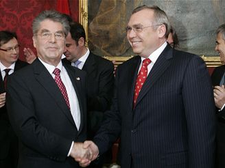 Nový kancléř Gusenbauer (vpravo) s prezidentem Fischerem