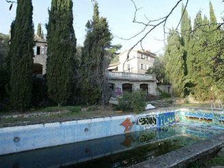 Chátrající vila Saddámovy rodiny na jihu Francie