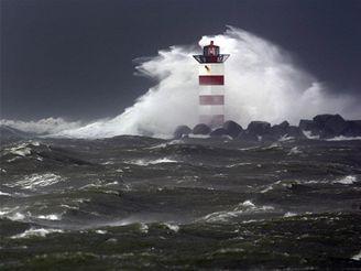 Vlny bičují maják v nizozemském přístavu IJmuiden