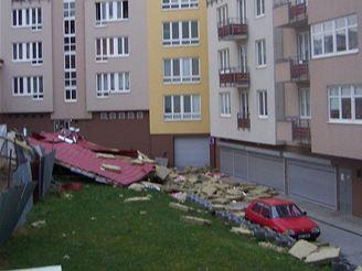 Vítr ničil střechy domů v Praze