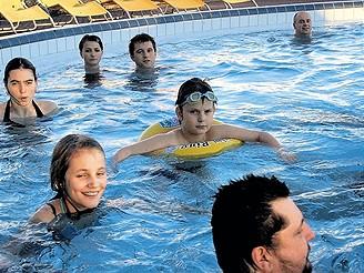 Relaxace v bazénu - ilustrační foto