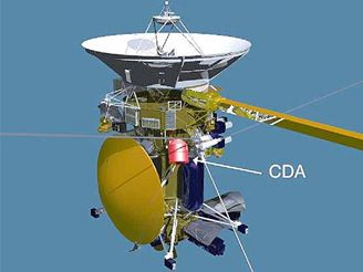 Cassini s umístěním CDA (analyzátor kosmického prachu)