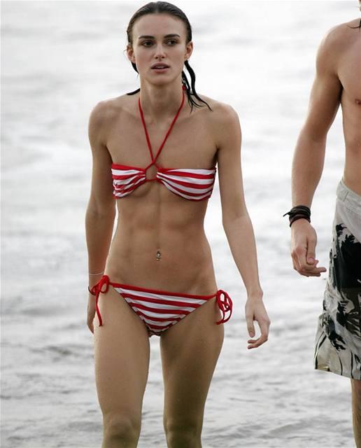 Keira Knightley na pláži s přítelem