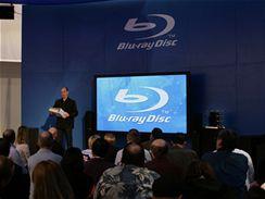 CES 2007 - Přednášející drží v rukou specifikaci formátu Blu-Ray