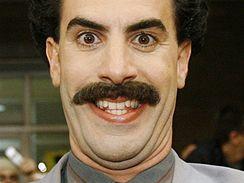 Herec Sacha Baron Cohen jako Borat Sagdijev v komedii Borat: Nakoukání do amerycké kultůry na obědnávku slavnoj kazašskoj národu