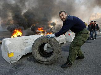 Hořící barikády v Bejrútu.