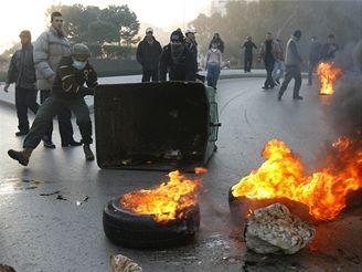 Demonstranti blokují hořícími pneumatikami silnice po celé zemi.