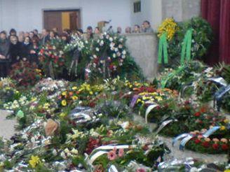 Obřadní síň je zaplněná květinami