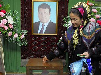 Turkménská volička odevzdává svůj hlas v místnosti, které dominuje portrét zesnulého Turkmenbašiho