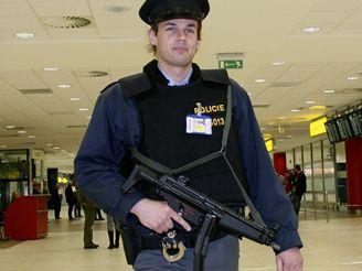 Ozbrojený policista na letišti