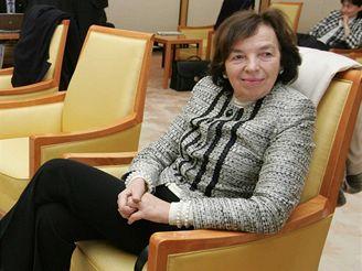 Livia Klausová při čekání na letišti