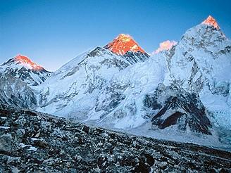 První pohled na Everest (zdánlivě nejmenší hora zcela vlevo)