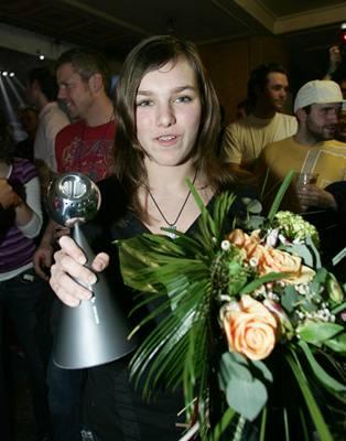 Kliknutím zobrazíte větší formát - Ewa Farna jako Objev roku s cenou TV Óčko 2006