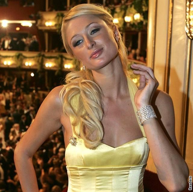 Znuděná Paris Hiltonová na Plese v opeře ve Vídni