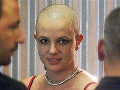 Britney Spearsová s vyholenou hlavou při návštěvě tetovacího salonu