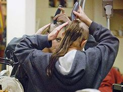 Britney Spearsová v kadeřnickém salonu Esther´s Haircutting Studio