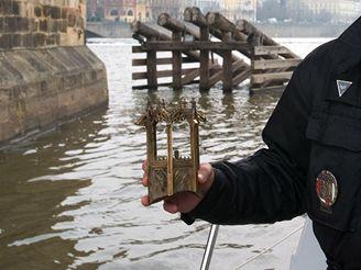 Policejní potápěč vylovil z Vltavy další cennost
